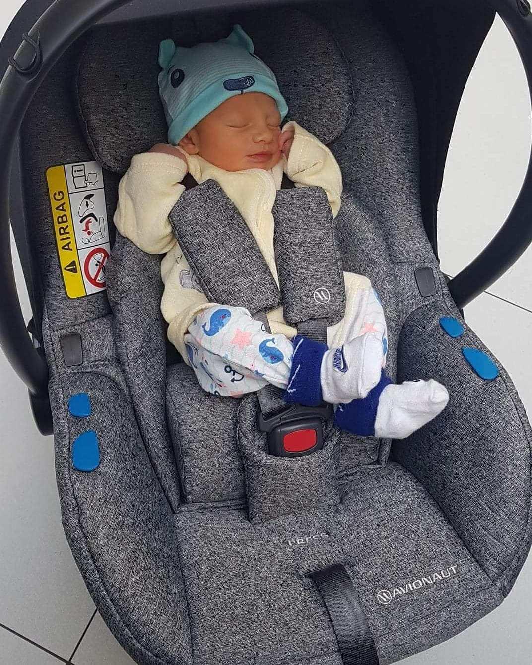 pixel avionaut con bebé prematuro